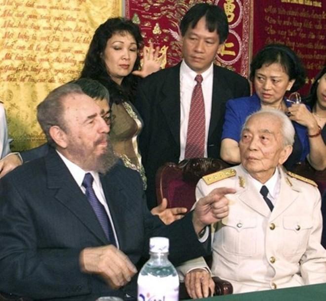 Lãnh tụ Fidel Castro và Đại tướng Võ Nguyên Giáp tại Hà Nội tháng 2/2003. Ảnh: Reuters