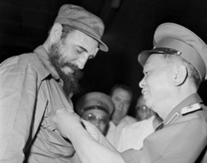Đại tướng Võ Nguyên Giáp trao huy hiệu