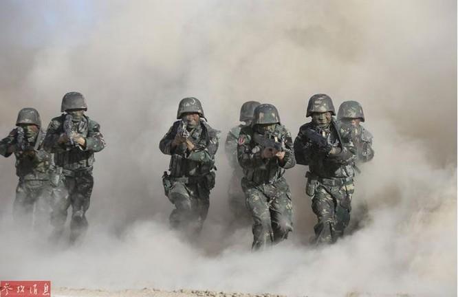 Quân đội Trung Quốc tiến hành tập trận chống khủng bố ở Tân Cương. Ảnh: Cankao