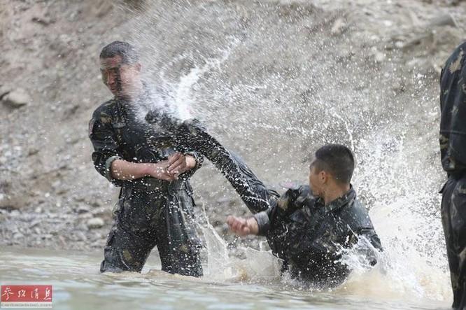 Quân đội Trung Quốc tiến hành huấn luyện đánh giáp lá cà ở dưới nước. Ảnh: Cankao