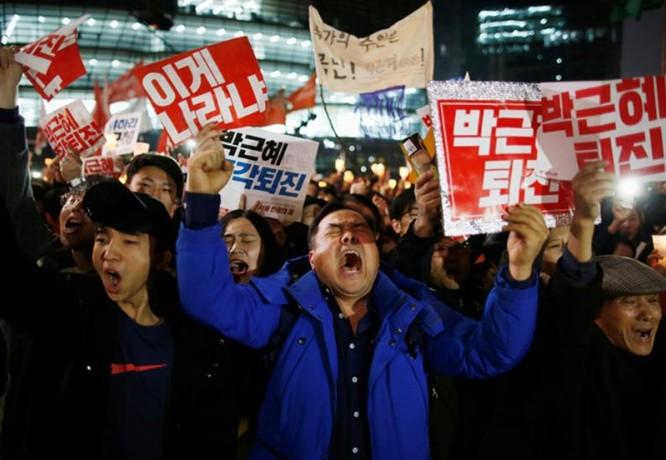 Người dân Hàn Quốc biểu tình. Ảnh: Reuters