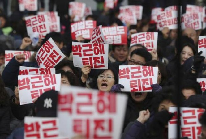 Ngày 7/12/2016, người dân Hàn Quốc biểu tình yêu cầu bà Park Geun-hye rời khỏi chức vụ Tổng thống Hàn Quốc. Ảnh: china.com.cn