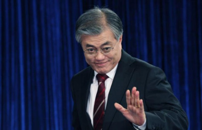 Ngày 15/12/2016, cựu lãnh đạo đảng Dân chủ (DPK), đảng đối lập chính của Hàn Quốc, Moon Jae-in tuyên bố sẽ ra tranh cử Tổng thống Hàn Quốc.