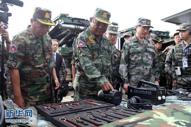 Sĩ quan hai nước xem trưng bày vũ khí trang bị trong Lễ khai mạc huấn luyện Golden Dragon-2016 ở Campuchia. Ảnh: Tân Hoa xã.