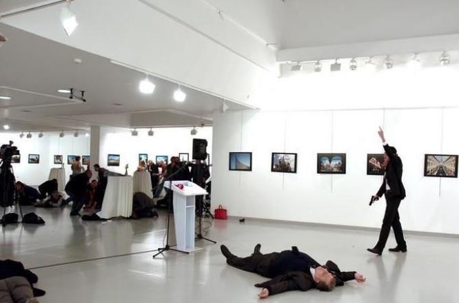 Hiện trường Đại sứ Nga bị ám sát ở Thổ Nhĩ Kỳ. Ảnh: Reuters