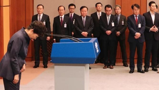 Tổng thống Hàn Quốc Park Geun-hye cúi đầu xin lỗi người dân.