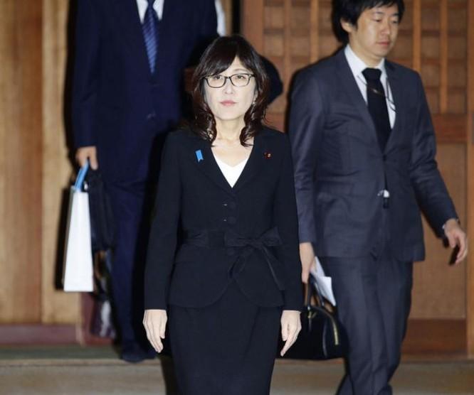 Bà Tomomi Inada, Bộ trưởng Quốc phòng Nhật Bản viếng đền Yasukuni. Ảnh: Thời báo Hoàn Cầu