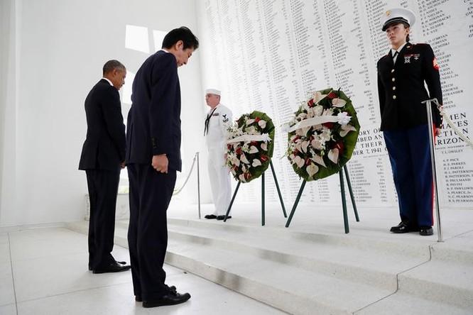 Thủ tướng Nhật Bản thăm Trân Châu Cảng. Ảnh: Đại Công báo