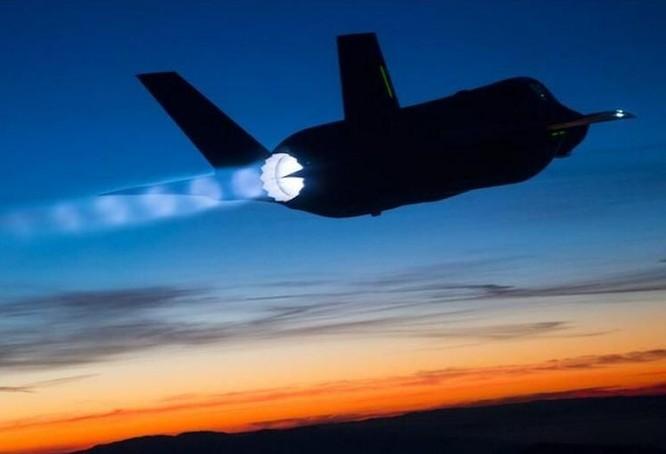 Máy bay chiến đấu F-35 bay thử trong đêm khi đốt nhiên liệu phụ trội. Ảnh: Cankao
