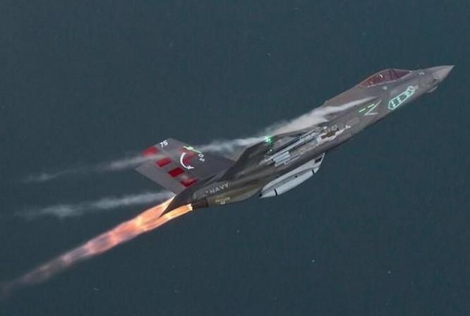 Máy bay chiến đấu tấn công liên hợp F-35 thử nghiệm tính năng cơ động khi đốt nhiên liệu phụ trội. Ảnh: Cankao