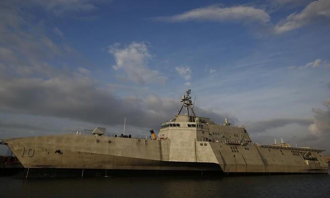 Tàu tuần duyên Gabrielle Giffords LCS-10 lớp Independence Hải quân Mỹ. Ảnh: Chicago Tribune.
