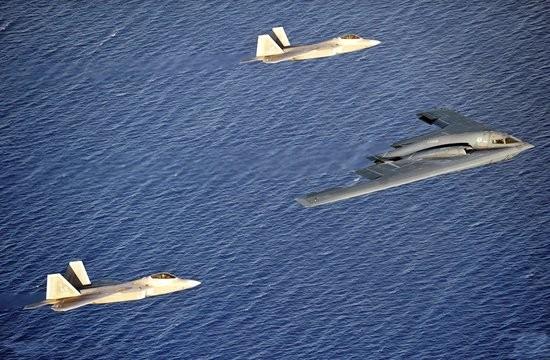 Lực lượng tấn công tàng hình Không quân Mỹ gồm máy bay chiến đầu F-22 Raptor và máy bay ném bom chiến lược B-2 (ảnh tư liệu)