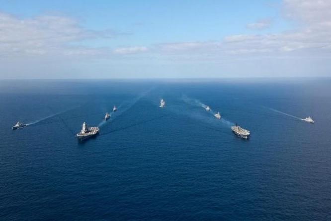 Hai tàu sân bay Ấn Độ phô diễn trên biển (ảnh tư liệu)