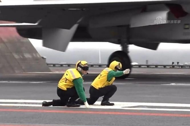 Tàu sân bay Liêu Ninh tiến hành huấn luyện trên biển. Ảnh: guancha