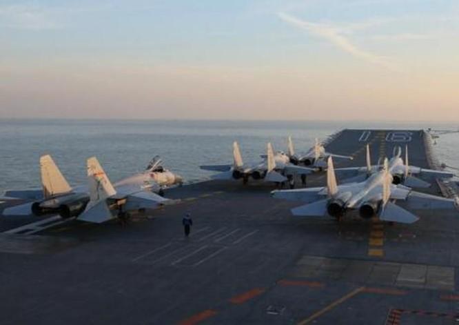 Tàu sân bay Liêu Ninh tiến hành huấn luyện trên biển. Ảnh: ifeng