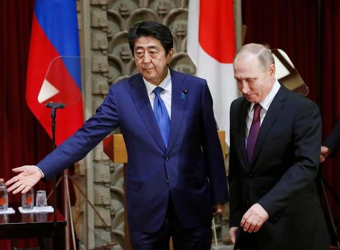 Thủ tướng Nhật Bản Shinzo Abe tìm cách tự tay ký kết Hiệp ước hòa bình với Nga. Ảnh: Boston Herald