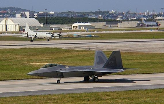Máy bay chiến đấu tàng hình thế hệ thứ năm F-22 Raptor Mỹ triển khai ở căn cứ Kadena, Okinawa, Nhật Bản (ảnh tư liệu)