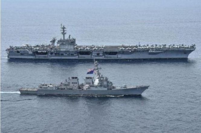 Tàu sân bay và tàu Aegis Hải quân Mỹ trên Biển Đông. Ảnh: QQ