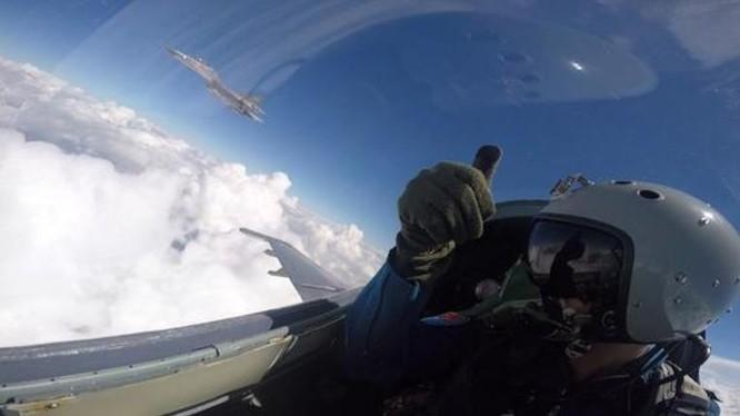 Hoạt động phối hợp trên không của biên đội máy bay chiến đấu trong huấn luyện trên đảo Hải Nam. Ảnh: Sina