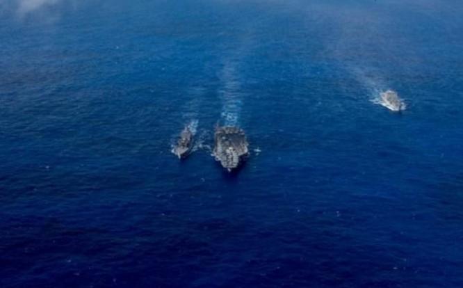 Tàu sân bay USS Carl Vinson Hải quân Mỹ tiếp tế trên biển. Ảnh: Sina