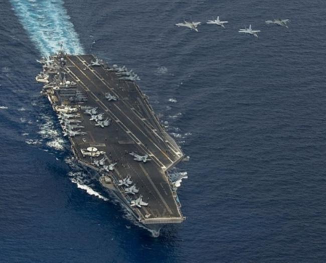 Máy bay chiến đấu F/A-18 Super Hornet và 2 máy bay chiến đấu MiG-29 của Không quân Malaysia cùng bay trên tàu sân bay USS Carl Vinson trong một cuộc tập trận trung. Ảnh: US Navy