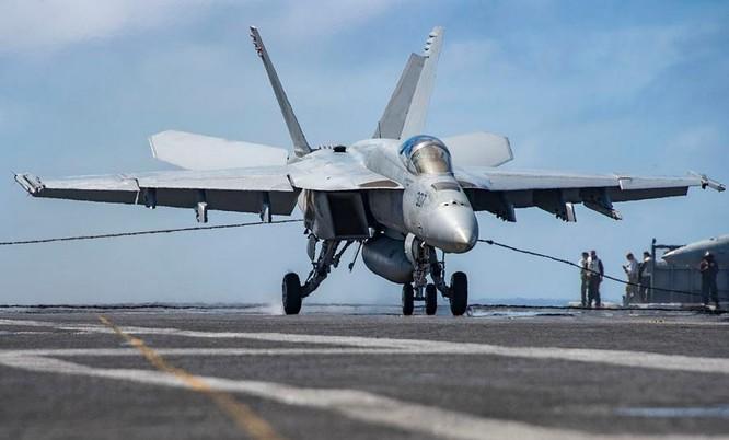 Máy bay chiến đấu F/A-18E Super Hornet hạ cánh trên tàu sân bay USS Carl Vinson, Hạm đội 3, Hải quân Mỹ. Ảnh: Wikimedia Commons