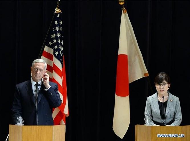 Bộ trưởng Quốc phòng Mỹ James Mattis (bên trái) đến thăm Nhật Bản vào đầu tháng 2 năm 2017. Ảnh: Tân Hoa xã