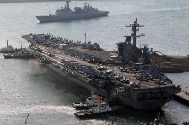 Tàu sân bay động cơ hạt nhân USS Carl Vinson lớp 93.000 tấn tại căn cứ Busan, Bộ Tư lệnh tác chiến Hải quân Hàn Quốc ngày 11 tháng 1 năm 2011. Ảnh: Bành Bái