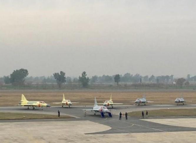 Ngày 15 tháng 2 năm 2017, Không quân Pakistan trang bị thêm 16 máy bay chiến đấu hạng nhẹ JF-17 Thunder hoàn toàn mới, trong đó có 3 chiếc chưa kịp sơn màu không quân. Ảnh: Sina