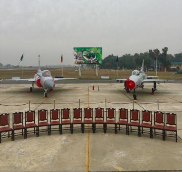 Máy bay chiến đấu JF-17 bàn giao cho Không quân Pakistan lần này có ống tiếp dầu (bên trái) và máy bay chiến đấu J-7 cũ thuộc phi đội 14, Không quân Pakistan. Ảnh: Sina
