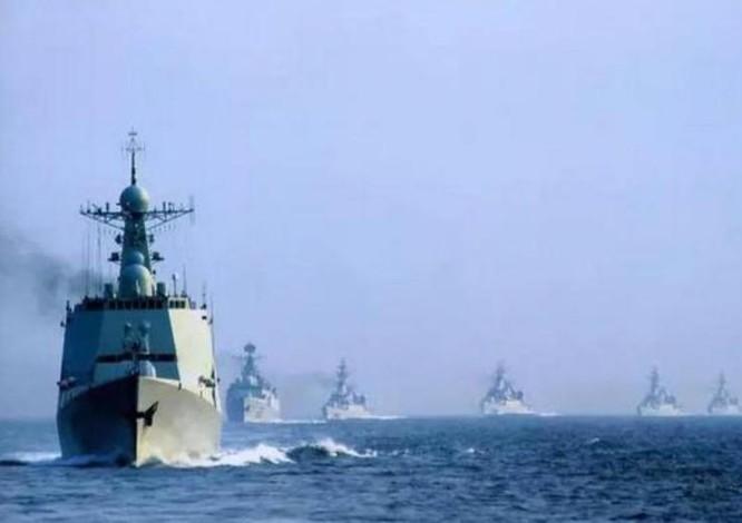 Biên đội tàu chiến Trung Quốc phô trường sức mạnh trên Biển Đông. Ảnh: Sina