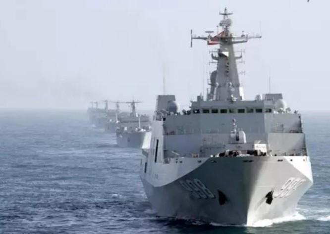 10 tàu đổ bộ của Trung Quốc tiến hành diễn tập ở Biển Đông. Ảnh: Sina