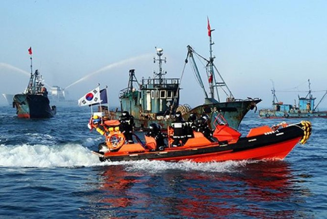 Tháng 4 năm 2013, Cảnh sát biển Hàn Quốc xua đuổi tàu cá Trung Quốc. Ảnh: Jiemian