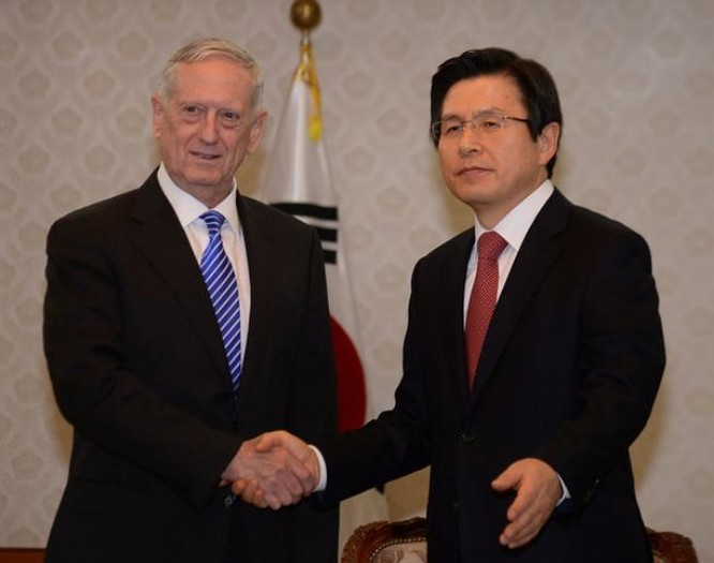 Tân Bộ trưởng Quốc phòng Mỹ James Mattis (trái) chọn Hàn Quốc làm nước đến thăm đầu tiên sau khi nhậm chức (ảnh tư liệu)