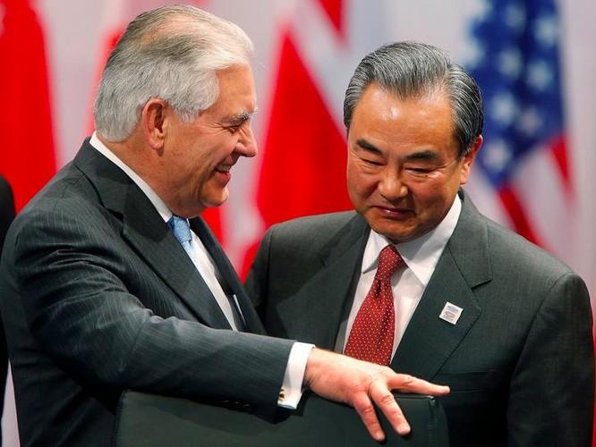 Tân Ngoại trưởng Mỹ Rex Tillerson trao đổi với Bộ trưởng Ngoại giao Trung Quốc Vương Nghị bên lề Hội nghị Bộ trưởng Ngoại giao G20 ở Đức. Ảnh: Xania News