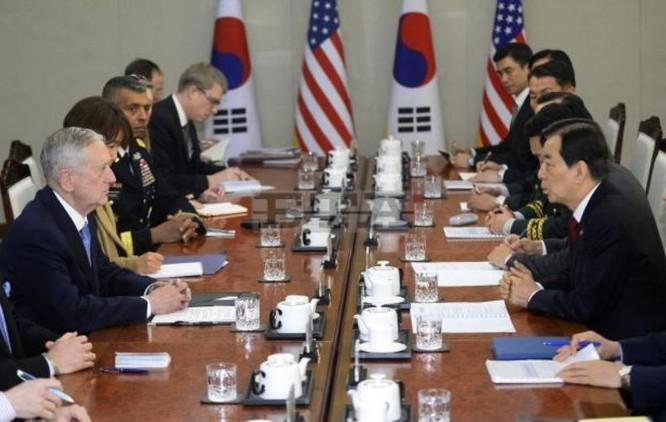 Tân Bộ trưởng Quốc phòng Mỹ James Mattis (trái) chọn Hàn Quốc làm nước đến thăm đầu tiên sau khi nhậm chức. Chuyến thăm diễn ra từ ngày 2 đến ngày 3 tháng 2 năm 2017 (ảnh tư liệu)
