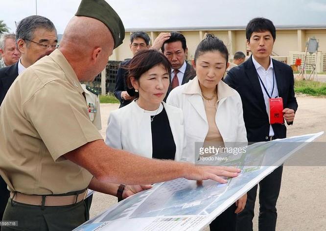 Ngày 13 tháng 1 năm 2017, Bộ trưởng Quốc phòng Nhật Bản, bà Tomomi Inada khảo sát hệ thống THAAD ở căn cứ Anderson, Guam, Mỹ. Ảnh: Getty Images