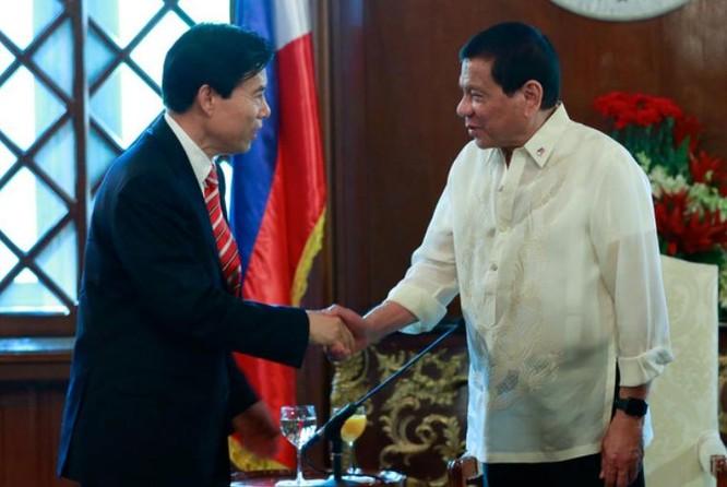 Ngày 7/3/2017, ông Chung Sơn, Bộ trưởng Thương mại Trung Quốc hội kiến với Tổng thống Philippines Rodrigo Duterte. Ảnh: Rappler
