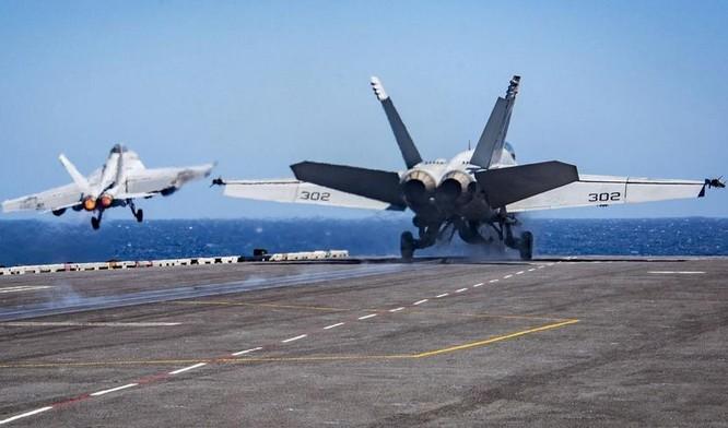 Hai máy bay chiến đấu F/A-18 Hornet liên tục được phóng lên trên tàu sân bay động cơ hạt nhân Mỹ. Ảnh: Cankao
