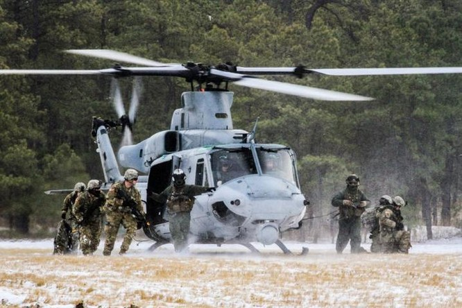 Ngày 10/1/2017, máy bay trực thăng UN-1Y Thủy quân lục chiến Mỹ triển khai huấn luyện liên hợp binh chủng với phía New Zealand. Ảnh: Cankao