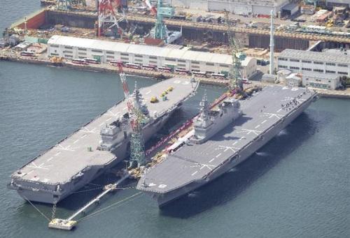 Các tàu sân bay trực thăng Kaga (phải) và Izumo (trái). Ảnh: Morningpost
