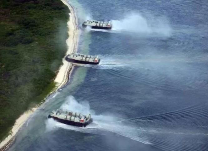 Từ ngày 21 - 27/3/2017, một chi đội tàu đổ bộ của Hạm đội Nam Hải, Hải quân Trung Quốc gồm hai tàu đổ bộ Type 071 là tàu Tỉnh Cương Sơn và tàu Côn Luân Sơn chở theo vài máy bay trực thăng cùng nhiều tàu đệm khí mới do Trung Quốc tự chế tiến hành tập trận đổ bộ đánh chiếm đảo, đá ở Biển Đông. Ảnh: Sina