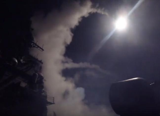 Ngày 7/4/2017, hai tàu khu trục Mỹ gồm USS Porter DDG-78 và USS Ross DDG-71 của Hải quân Mỹ đã tiến hành phóng khoảng 60 quả tên lửa tấn công căn cứ không quân Shayrat ở miền trung Syria. Ảnh: QQ