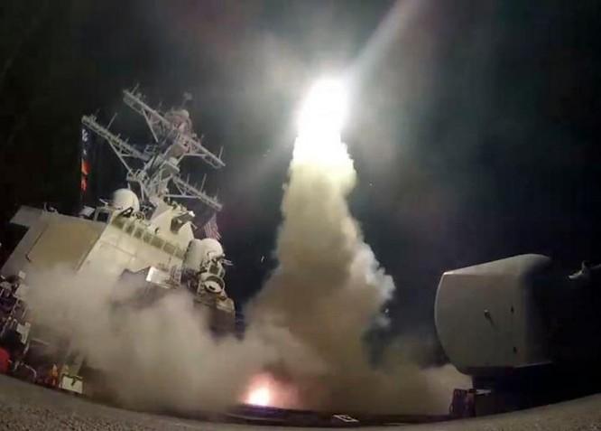 Ngày 7/4/2017, hai tàu khu trục Mỹ gồm USS Porter DDG-78 và USS Ross DDG-71 của Hải quân Mỹ đã tiến hành phóng khoảng 60 quả tên lửa tấn công căn cứ không quân Shayrat ở miền trung Syria. Ảnh: VOA