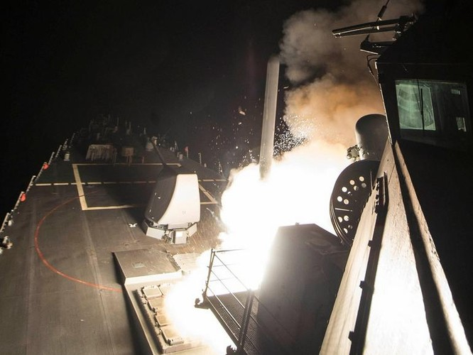 Mỹ phóng tên lửa hành trình tấn công căn cứ không quân Shayrat, Syria. Ảnh: Dwnews