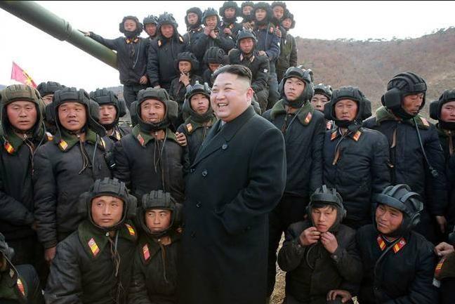 Nhà lãnh đạo Kim Jong-ul và binh sĩ Triều Tiên. Ảnh: china.com.cn