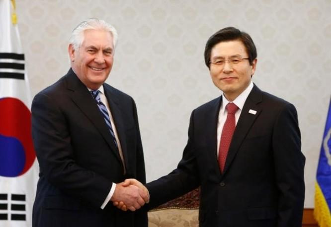 Ngày 17/3/2017, tại Seoul, Thủ tướng kiêm quyền Tổng thống Hàn Quốc Hwang Kyo-ahn tiếp Ngoại trưởng Mỹ Rex Tillerson. Ảnh: CBC