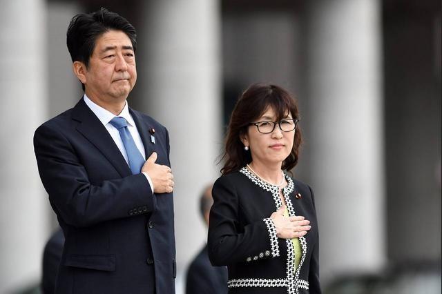 Thủ tướng và Bộ trưởng Quốc phòng Nhật Bản tham dự một buổi lễ của Lực lượng Phòng vệ Nhật Bản. Ảnh: EPA