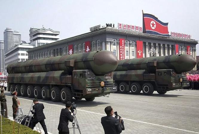 Triều Tiên phô trương sức mạnh quân sự. Ảnh: Daily Mail