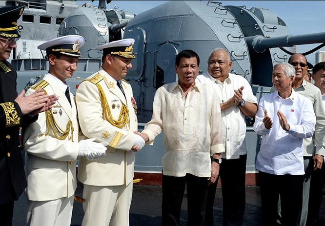 Tháng 1/2017, Tổng thống Philippines Rodrigo Duterte lên thăm tàu chiến Nga. Ảnh: Sputnik